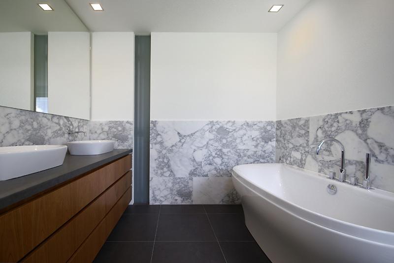 Hout beitsen badkamer interieur toepassingen met hout xyladecor badkamer met aardetinten deze - Meubel design badkamer ...